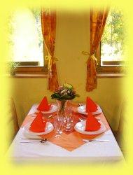 Stůl se slavnostním prostíráním